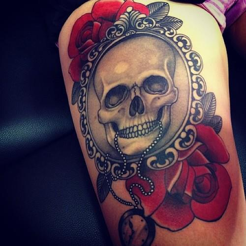 red-rose-and-grey-skull-thigh-tattoo